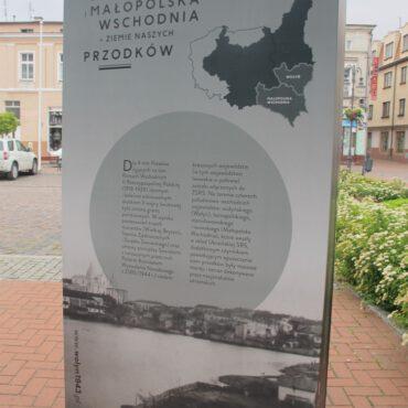 Wystawa upamiętniająca wojenne wydarzenia w Wołyniu dostępna na rynku w Tucholi