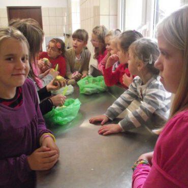Dzieci w Raciążu przygotowały ziemniaczane jeżyki