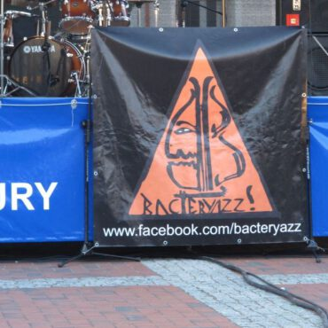 Wieczorny koncert na rynku – zespół BACTERYAZZ