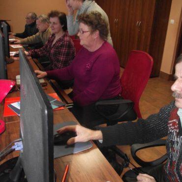 Zajęcia komputerowe i decoupage w Raciążu
