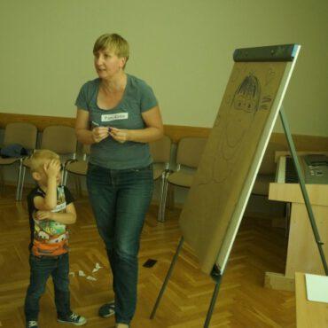 Dzieci i młodzież pokazują swój talent na zajęciach plastycznych