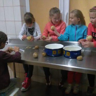 WDK Raciąż: sałatka podczas owocowo-warzywnych warsztatów kulinarnych
