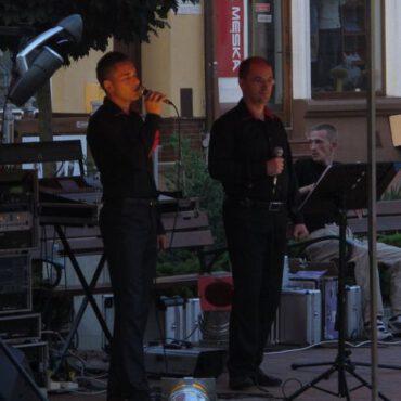Wieczorny koncert na rynku – zespół RYTMIX