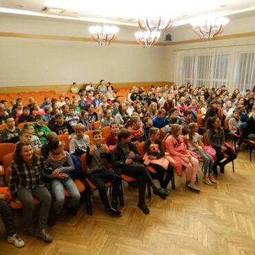 Grupa teatralna z Lubiewa zagrała spektakl pt. `Na smyczy`