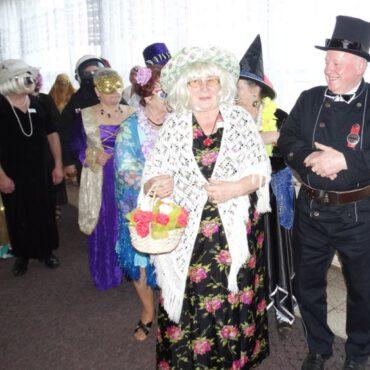 Parada przebierańców w Klubie Seniora `Jesień`