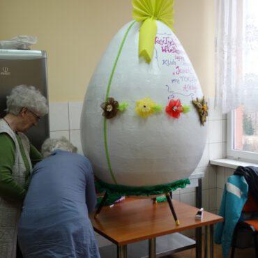 Seniorzy stroili niezwykłe Wielkanocne jajo