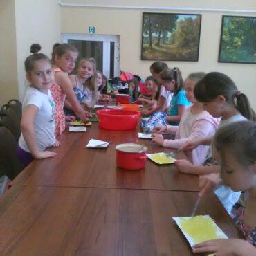 Zajęcia kulinarne i rozgrywki na Orliku w ramach letniego wypoczynku