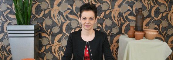 Lepienie z gliny w wykonaniu Adriany Basty-Jasnoch